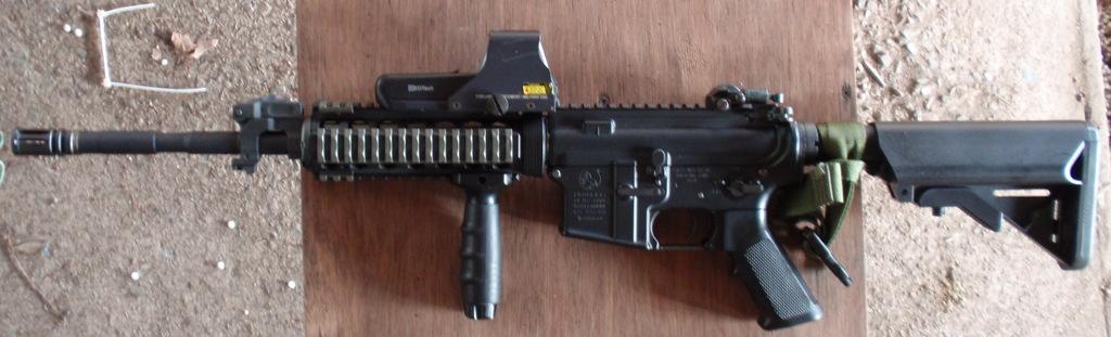 M4カービンにホロサイト、定番の組み合わせ